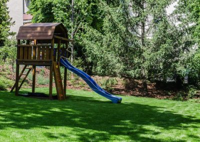hangya kert, játék, gyerekek a kertben, kertfenntartás, fűnyírás, kertfenntartás Budán heti rendszerességgel, tuják, kert széle, sövény