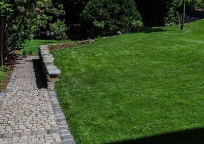 méregzöld pázsit, kedves kerti út, hangya kert, kertfenntartás, fűnyírás, a kert gondozása, kertész szakember Buda, kerti út építő vállalkozás Budán