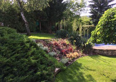 Lépcsőzetes kert kialakítása – az átmeneti rézsü dízsnövényekkel dekorálva